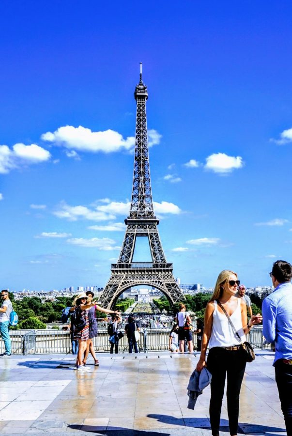 Tourists+take+in+the+Eiffel+Tower